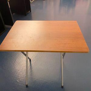 3 τραπέζια σε καφέ αποχρώσεις