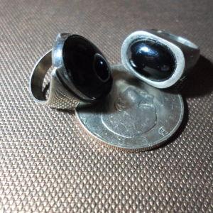 ασημένια δακτυλίδια με μαύρη πέτρα