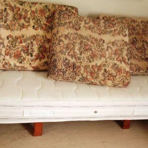 Καναπές τριθέσιος μαζί με στρώμα candia.