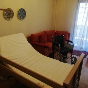 Πωλείται Νοσοκομειακό κρεβάτι ΗΛΕΚΤΡΟΚΙΝΗΤΟ (πληρες) μαζί με ανατομικό στρώμα, αερόστρωμα και αναπηρικό αμαξίδιο σε χρώμα Inox