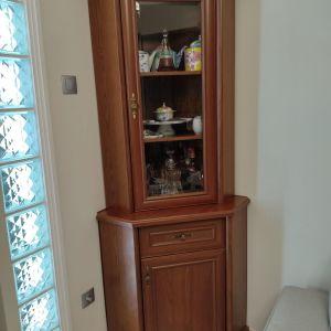 Γωνιακή βιτρίνα με ντουλάπι και συρτάρι.