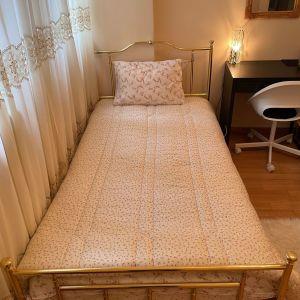 2 χρυσα μπρουτζινα κρεβάτια μαζί με τα στρώματα.