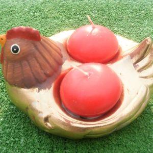 Διακοσμητική κοτούλα σε χρυσό χρώμα μαζί με δυο κόκκινα κεράκια,  διαστάσεων 10χ10 εκατοστά, ιδανική για τοποθέτηση αυγών ή κεριών.