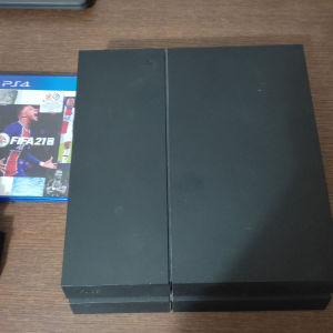 PS4 σε άριστη κατάσταση μαζί με δύο χειριστήρια και 4 παιχνίδια