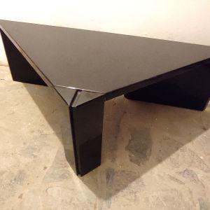 Τρίγωνο τραπεζάκι σαλονιού από μαύρη λάκα