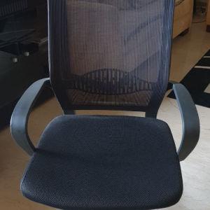 Πωλείται διευθυντική καρέκλα ολοκαίνουρια, μονταρισμένη.
