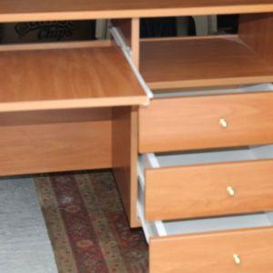 ΓΡΑΦΕΙΟ Πώληση ΓΡΑΦΕΊΟ ξύλινο σε άριστη κατάσταση με βάση για λαπ τοπ και τρία συρτάρια στην αριστερή πλευρά. διαστάσεις πλάτος 58 εκ, μήκος 1 , 02 εκ ύψος 80 εκ, τιμή 40€