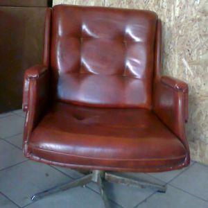 Παλιά δερμάτινη περιστρεφόμενη πολυθρόνα