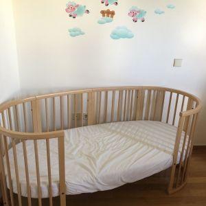 κούνια stokke που επεκτείνεται σε παιδικό κρεβάτι.
