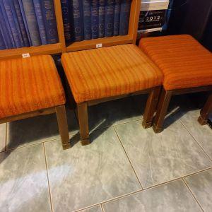 3 σκαμπό με ξύλινο σκελετό και μαξιλάρι με αφρώδες και ύφασμα