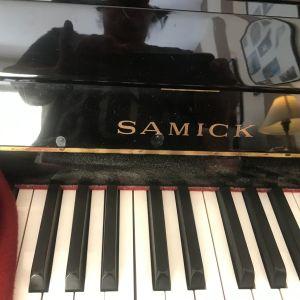 Πιάνο πολύ λίγο χρησιμοποιημένο της μάρκας samick όρθιο 1000 ευρω