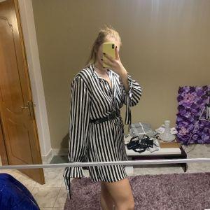 ριγέ φόρεμα σατέν