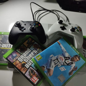 Xbox one s two controllers