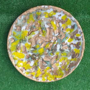 Δυο πιάτα πορσελάνινα για ντεκόρ τοίχου και επιτραπέζια, ζωγραφισμένα στο χέρι, με κοχύλια, σε κίτρινο, καφέ και χρυσό χρώμα,  διαμέτρου 21 εκατοστά.