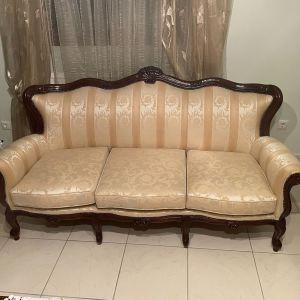 Σαλόνι κλασικό με τριθέσιο καναπέ και 2 πολυθρόνες