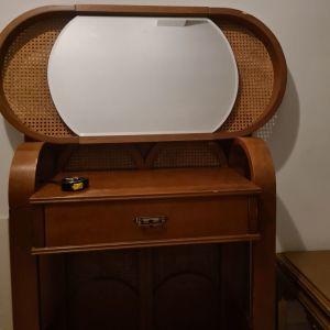 Έπιπλο εισόδου με τον καθρέφτη του vintage