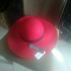 Καπελο γαλλικης κατασκευης σε κοκκινο και μαυρο ωραιοτατο σε πολυ καλη τιμη