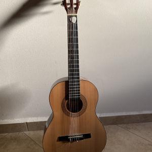 Κιθάρα κλασσική με θήκη ελαφρά χρησιμοποιημένη