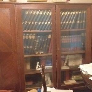 Σκαλιστή βιβλιοθήκη από καρυδιά, χειροποίητη, τετράφυλλη, σπάνιο κομμάτι, διαστάσεων μήκος 2,20 μέτρο, ύψος 1,90 μέτρο, βάθος 60 εκατοστά.