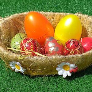 Ψάθινο πανέμορφο καλαθάκι μαζί με 5 πασχαλιάτικα ψεύτικα αυγά και ένα κεράκι κόκκινο. Και πασχαλιάτικη θήκη διακοσμητική με καπάκι για αυγά και κεράκια μήκους