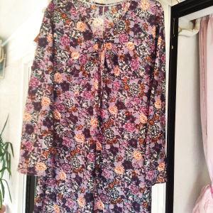 10 ευρώ Μ/L στήθος κ μέση 46π φόρεμα φλοραλ σε άριστη κατάσταση κομψό κ όμορφο.