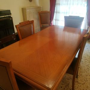Σετ τραπεζαρίας με 8 καρέκλες.