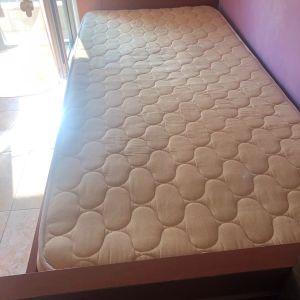 Ξύλινο κρεβάτι μαζι με το στρώμα  σε Καλή κατάσταση