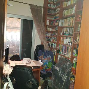 Γραφείο εντοιχιζομένη βιβλιοθήκη σε Π  1,20×3× 0,80 και ύψος 2,80 με βιβλιοθήκη-γράφειο 2,80×1,60