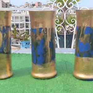 Τρία συλλεκτικά ποτήρια για διάφορες χρήσεις, ζωγραφισμένα στο χέρι σε χρυσό και μπλε χρώμα.