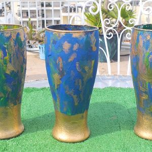Τρία ποτήρια πανέμορφα, ζωγραφισμένα στο χέρι σε χρυσό, μπλε και πράσινο, ιδανικά για μπύρα.