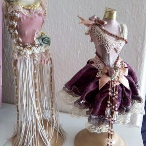 Δύο βάσεις για κοσμήματα, γυναικείο μπούστο.