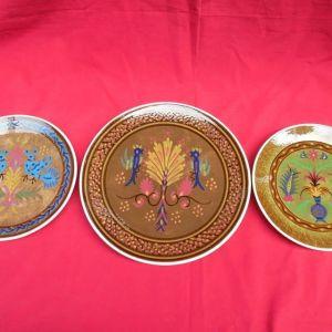 Τρία παλιά χειροποίητα  παραδοσιακά διακοσμητικά πιάτα της εταιρίας KERAMIKOS.