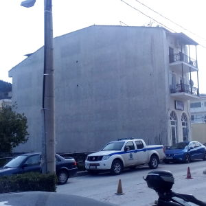 Τριώροφο κτίριο κατοικιών και επαγγελματικού χώρου στο κέντρο του Καρλοβάσου στην Σάμο