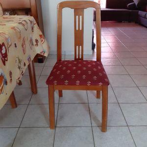 πωλείται τραπεζαρία με πέντε καρέκλες σε πολύ καλή κατάσταση.