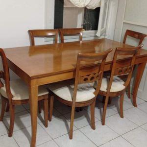 Τραπεζαρία και 6 καρέκλες.