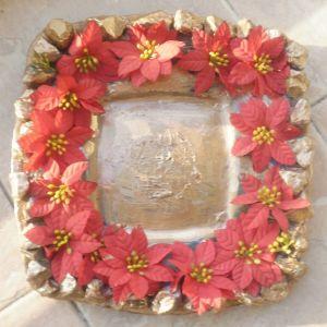 Χριστουγεννιάτικη τετράγωνη διακοσμητική κρυστάλλινη πιατέλα ,  με ψεύτικα αλεξανδρινά λουλούδια και φυσικά πετραδάκια, διαστάσεων. Και 12 Χριστουγεννιάτικα ποτήρια πανέμορφα και αχρησιμοποίητα.