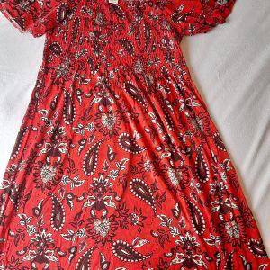 Υπέροχο κόκκινο φόρεμα μέχρι το γόνατο με υφανση σφηκοφωλιας στο στήθος