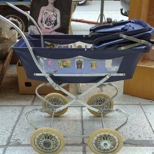 Παλιό παιδικό καροτσάκι παιχνίδι  ,με  μεταλλικό σκελετό, για κούκλες.