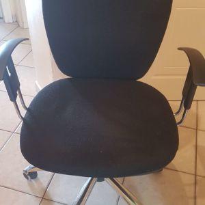 Καρέκλα γραφείου περιστρεφόμενη μαυρη