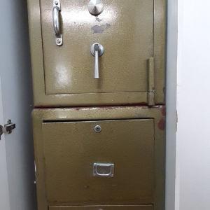 Χρηματοκιβώτιο παλιό με δύο συρτάρια