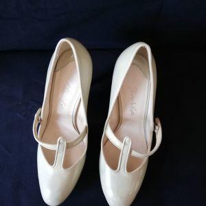 Γυναικεία παπούτσια λουστρίνι CHARLES & KEITH ν.38