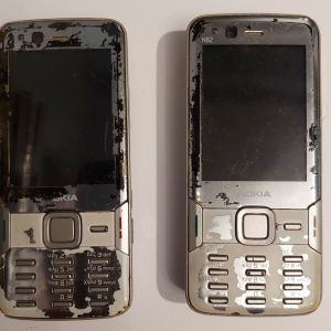 Δύο Nokia N83 με χαλασμένες οθόνες (αλλά λειτουργικά)