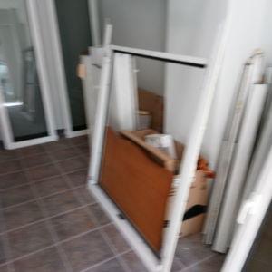 Κουφώματα αλουμινίου λευκά πόρτες και παράθυρα, ρολά, κουνουπιερες.