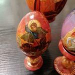 Αυγά χειροποίητα ξύλινα ζωγραφιστά με εικόνες.