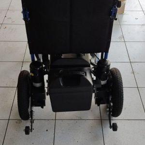 Αναπηρικά αμαξίδια. Το μπλε είναι ηλεκτρικό με 2 μοτέρ.