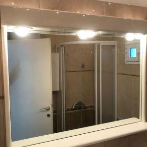 Καθρέφτης μπάνιου με φώτα λευκής λάκας σε άριστη κατάσταση.