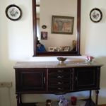 Σετ επίπλων χωλ-σαλονιού (καναπέδες, πολυθρόνες, τραπεζάκια, καθρέπτες), και κρεβατοκάμαρας(κρεβάτι, κομοδίνα, τουαλέτα
