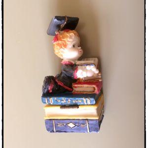 Πήλινο αγαλματίδιο – Αγοράκι με βιβλία