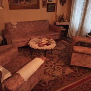 Σαλόνι με 1 τριθέσιο, 2 μονούς καναπέδες και 2 πολυθρόνα και.