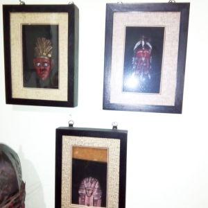 Τρία έθνικ καδράκια σε τζάμι-προθήκη.